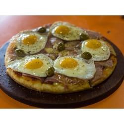 Pizza con panceta y huevo a...